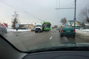 Per troleibuso ir mikroautobuso avariją nukentėjo du žmonės