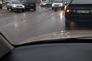 Moters automobilis parbloškė dviratininką