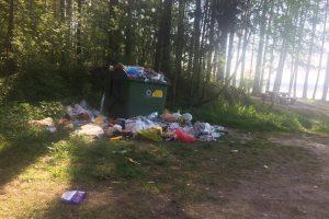 Kaunietis pasibaisėjo šiukšlių kalnu prie Kauno marių