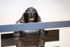 Žiauriu sūnaus nužudymu kaltinama moteris ketvirtą kartą stojo prieš teismą