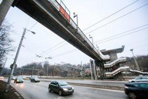 Eismą paralyžiavo nuo tilto byrantis betonas