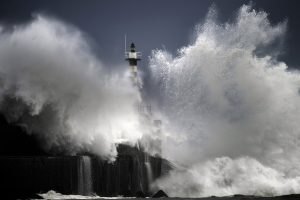 Naujojoje Zelandijoje didžiulės bangos paskandino žvejų laivą, žuvo septyni žmonės