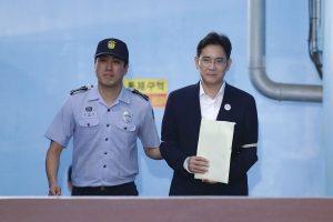 """""""Samsung"""" paveldėtojas už kyšininkavimą nuteistas kalėti penkerius metus"""