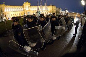 Austrijos policija sulaikė dešimtis prieš Vienos pokylį protestavusių aktyvistų