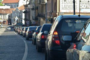 Ekonomistai nesutaria dėl automobilių mokesčio įvedimo