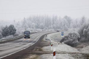 Įspėja vairuotojus: kelius vietomis padengė šerkšnas