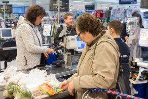 Baltarusių gyvenimo kontrastai: pusmetrio ilgio pirkinių čekiai ir 150 eurų pensija