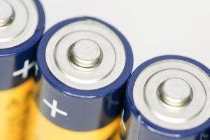 Įspėjimas: sulaužyti elektroniniai žaislai ir baterijos gali tapti grėsme