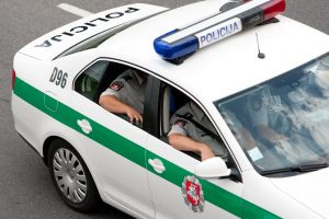 Užpuolikų automobilio užblokuotam vyrui teko atsišaudyti revolveriu