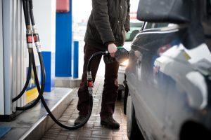 Lietuviai vis dažniau įsigyja benzininius automobilius