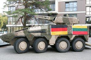 """Į Lietuvą jau keliauja pirmosios kovos mašinos """"Boxer"""""""