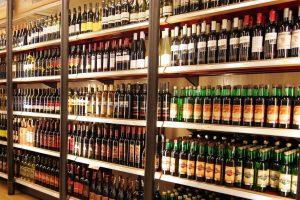 Vyriausybė: alkoholio prekyba trumpės, o reklama griežtės