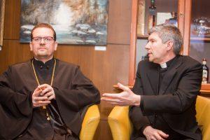 Į kavinę – pasikalbėti su kunigais