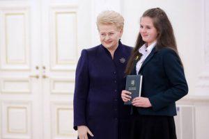 Konstitucijos egzamine sublizgėjusiai čekiškietei – prezidentės padėka