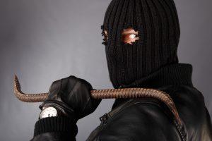 Grigiškėse siautėjo peiliu ginkluotas kaukėtas plėšikas