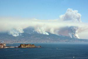 Pietų Europą kamuoja sausros ir gaisrai: užsidegė Vezuvijaus šlaitai