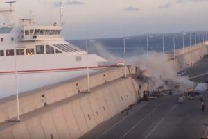 Kanaruose keltui atsitrenkus į molą sužeista 13 keleivių