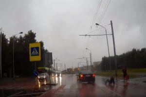 """Nufilmuota: """"Saab"""" vairuotojos manevras Kaune vos nekainavo pėsčiųjų gyvybės"""