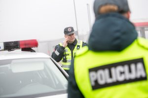 Neblaivus pareigūnas prie vairo įkliuvo ankstyvą rytą