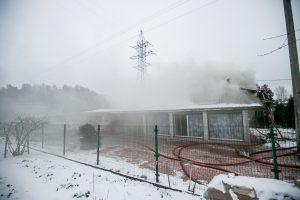 Kaune liepsnojęs namas sukėlė gausias ugniagesių pajėgas