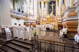 Iškilmės Kaune: pirmą kartą katalikų dvasininkais įšventinti vedę vyrai