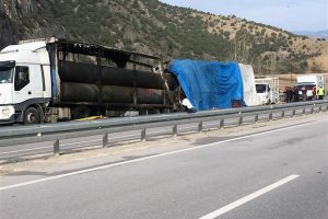 Turkijoje susidūrus autobusui ir sunkvežimiui liepsnose žuvo 13 žmonių