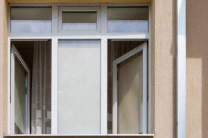 Socialinės globos namuose žuvo pro langą iškritusi moteris