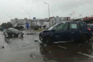 """Judrioje Kauno sankryžoje susidūrė """"Audi"""" ir """"Renault"""""""