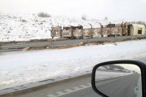 Dėl apvirtusio miškavežio uždaryta automagistralė Kaunas-Klaipėda