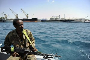 Somalio piratai paleido pagrobtą tanklaivį ir jo įgulą