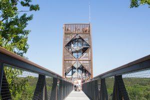 Prie Anykščių medžių lajų tako statomas pėsčiųjų tiltas per upę