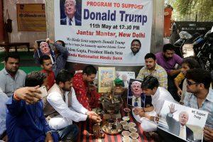 Hinduistų grupė meldžiasi dievams, kad JAV prezidentu išrinktų D. Trumpą