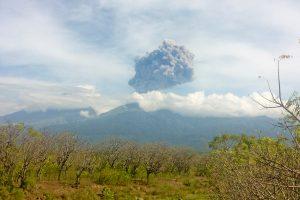 Dėl Indonezijoje išsiveržusio ugnikalnio evakuoti turistai