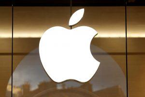 """""""Apple"""" gali kreiptis į teismą dėl D. Trumpo imigracinių apribojimų"""
