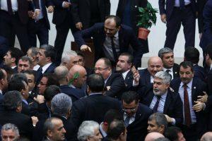 Turkijos parlamente kilo muštynės