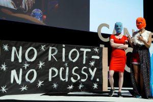 """Rusijoje buvo trumpam sulaikytos dvi grupės """"Pussy Riot"""" narės"""