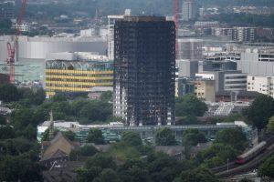 Pražūtingas taupymas: Londono daugiabutis buvo apdengtas degiomis plokštėmis