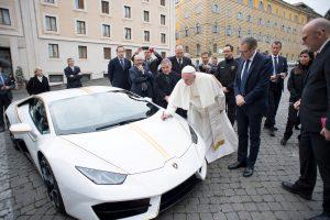 """Popiežius dovanų gautą """"Lamborghini"""" automobilį atiduoda į aukcioną"""