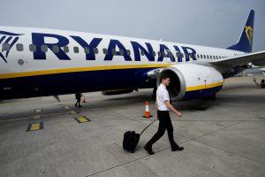 """""""Ryanair"""" ragina riboti alkoholio pardavimą oro uostuose"""