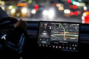 """Kiek kainuoja """"Tesla"""" autopilotas ir ką pažadėjo E. Muskas?"""