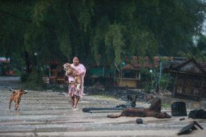 Tailando paplūdimius talžo atogrąžų audros liūtys ir bangos