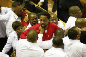PAR parlamente kilo muštynės: išvaryti opozicijos atstovai