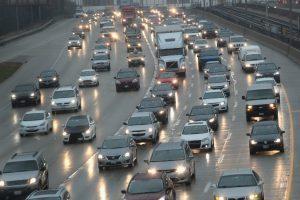 Šalys mažina degalų apmokestinimą, nepaisant kovos su oro tarša