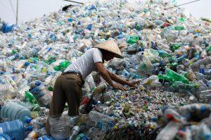 Per pasaulį ritasi vienkartinių plastiko gaminių draudimo banga