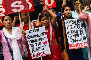 Indijoje sulaikyti kelias savaites nepilnametę žaginę 17 vyrų