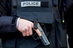 Paryžiuje ginkluotas plėšikas paėmė įkaitais septynis žmones