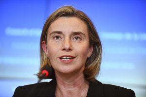 """ES ragina """"taikiu, o ne kariniu"""" būdu spręsti Korėjos krizę"""