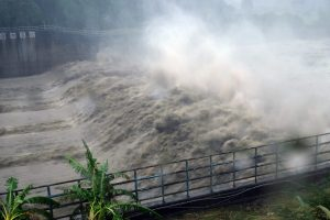 Per Taivaną slenkantis taifūnas palieka žalos pėdsaką