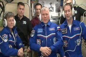Rusų erdvėlaivis į kosmoso stotį pristatė tris astronautus