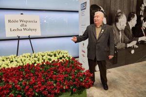 Lenkijos eksprezidentui L. Walesai gerbėjai padovanojo 1000 rožių